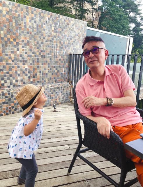 陈赫父亲晒与孙女合影 安安动作搞怪爷孙互动显温馨