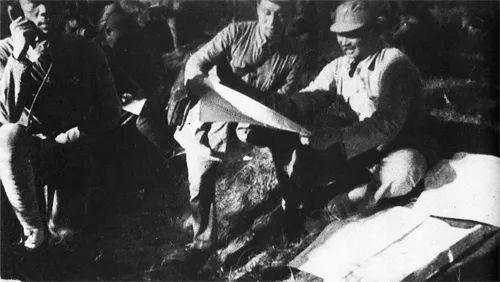 (图为在冀中与日军作战期间,贺龙在第一二○师指挥所图源:人民网)