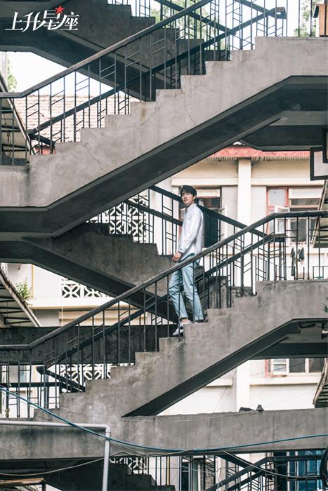 像杨玏这样的年轻人,一波又一波来到了这里,给生锈的栏杆、破败的房檐、剥落的墙壁注入了新鲜的活力和解读。