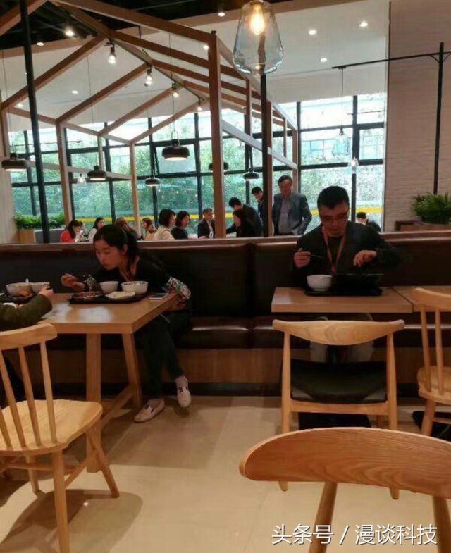 华为总裁任正非又现身:与员工一起吃饭 毫无架子的照片 - 3