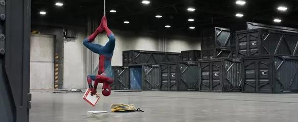 蜘蛛爬墙的故事_《新蜘蛛侠》为啥成功?写实亲民没炸地球_娱乐频道_凤凰网