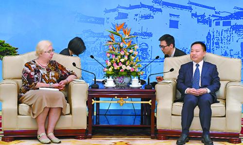 李国英会见出席2018世界制造业大会的驻华使节