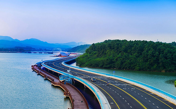 沾天湖东岸栈桥