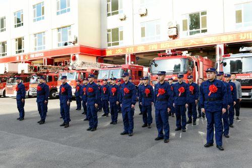 青岛市消防支队_青岛首批30名新招录消防员入职赴训_青岛频道_凤凰网
