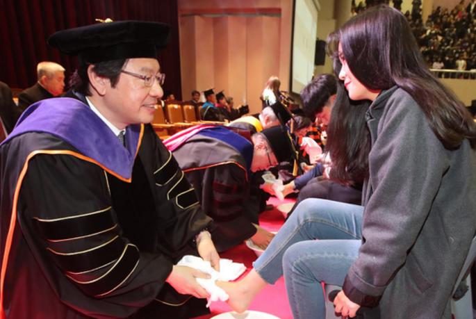 韩国教授为学生洗脚_韩国大学教授集体为新生洗脚 女生的表情亮了_凤凰资讯