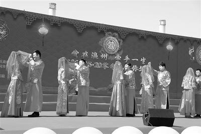 """河北河間30對零彩禮新人""""520""""攜手踏上紅地毯"""